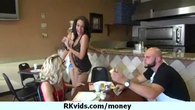 【ナンパ】お金上げるからおっぱい見せて!やってることは日本もアメリカも変わんねーなwwwのサムネイル画像