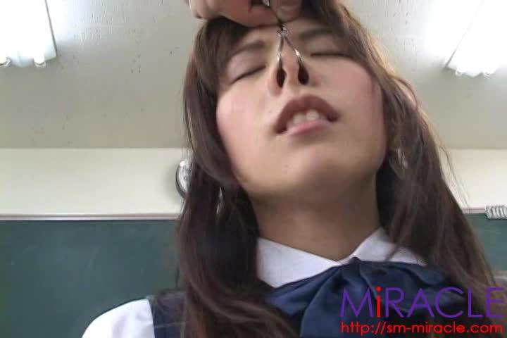 変態教師の奴隷となった女子校生…教室で緊縛された状態で鼻フックされブサイクな顔でローター責めを味わう