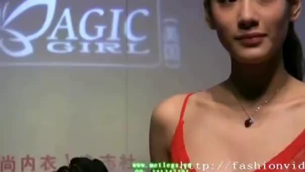 乳首丸出しのエロい衣装でポーズを取る中国人モデル