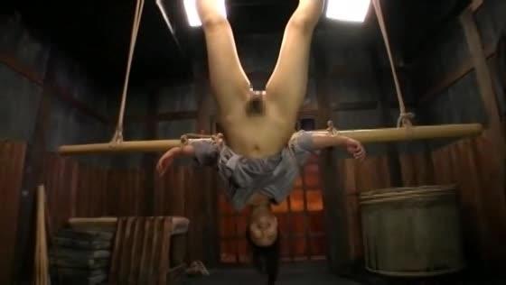 逆さ吊りに緊縛された奴隷女がディルド責めで嗚咽を吐きながら大量の水で責められる拷問プレイ